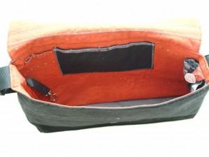 Blick in die Tasche, Innenstoff eher rot