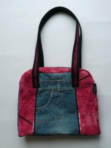 Aus einem Jeanskleid ist eine Tasche geworden.