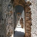 Blick durch 12 Arkaden im Tempel des Jupiter Anxur