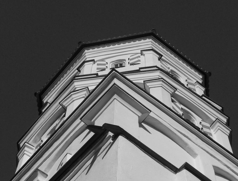 Turm unter dunkelblauem Himmel Ausschnitt